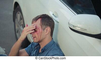homme, avoir, a, voiture, accident., tête, smashed., piéton, blessé, dans, route, accidents