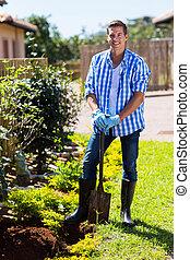 homme, bêche jardin, heureux