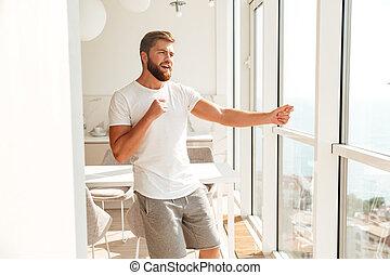 homme barbu, fenêtre, sourire