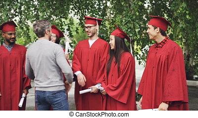 homme barbu, fier, prof, est, féliciter, diplômés, serrer...