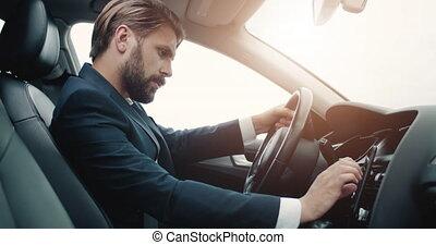 homme, barbu, navigation, utilisation, concentré, auto, gps