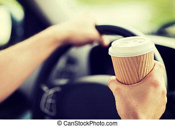 homme boit café, quoique, conduite, les, voiture