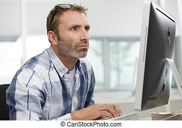 homme, bureau, occupé