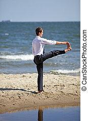 homme, business, pratiquer, plage, yoga, caucasien