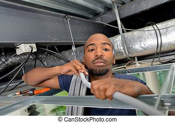 homme, câbles, tenue, toit, espace