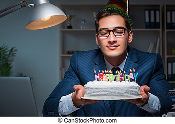 homme, célébrer, anniversaire, dans, bureau
