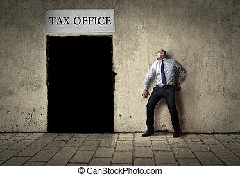 homme, côté, bureau impôts