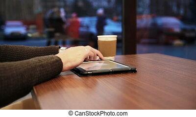 homme, café, touchscreen, tablette, mains, utilisation