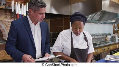 homme, caucasien, conversation, cuisinier