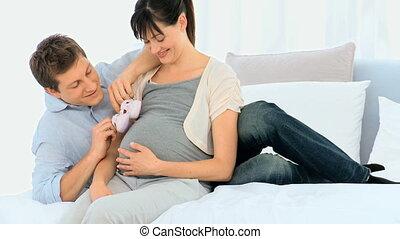 homme, chaussures, sien, ventre, épouse, pregnant, toucher, jeune