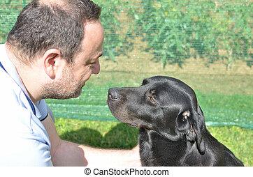 homme, chien noir, communiquer