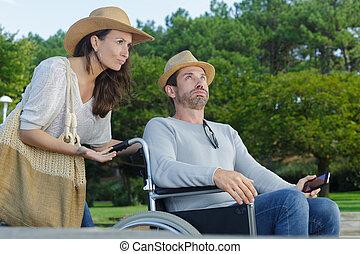 homme, couple, promenade, expressif, fauteuil roulant, parc