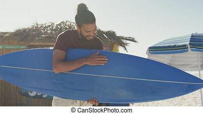 homme, course, mélangé, planche surf, sien, tenue