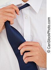 homme, cravate, défaire, sien