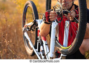 homme, cycliste, réparation, a, vélo, contre, vert, nature