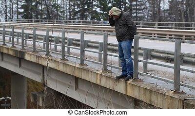 homme, déprimé, pont