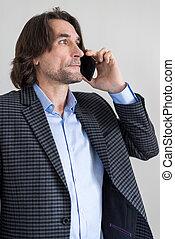 homme, dans, a, checkered, complet, conversation téléphone cellule