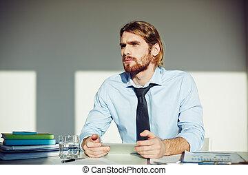 homme dans bureau