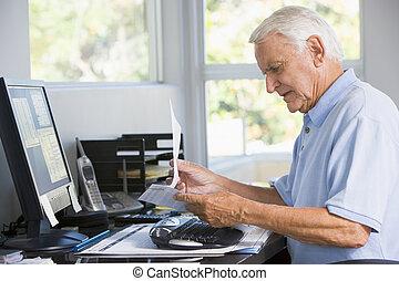 homme, dans, bureau maison, à, paperasserie, et, informatique