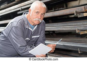 homme, dans, industrie métallurgique, entrepôt, vérification, produits