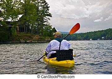 homme, dans, kayak, sur, a, lac