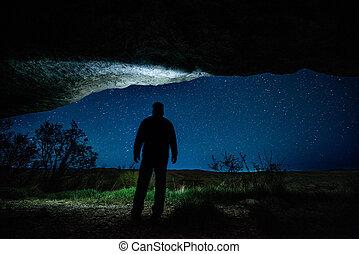homme, dans, les, nuit, grotte, sous, a, ciel étoilé