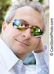 homme, dans, lunettes soleil