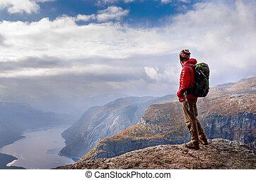 homme, dans, montagnes, trolltunga, norvège