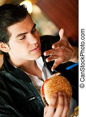 homme, dans, restaurant, manger, hamburger