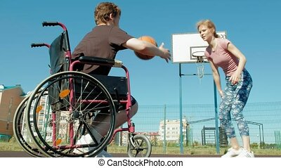 homme desactivé, jeux, basket-ball, depuis, sien, fauteuil roulant, à, a, femme, sur, plein air, faire effort, quand, jouer