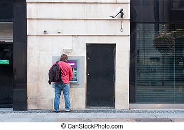homme, distributeur billets banque, utilisation
