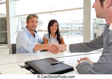 homme, donner, poignée main, à, real-estate-agent