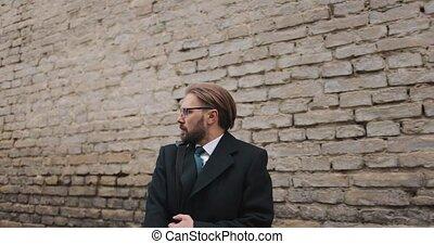 homme, effrayé, marche, mur, brique