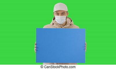 homme, espace, key., écran, chroma, vert, copie, porter, désinvolte, masque, protecteur, panneau affichage