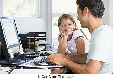 homme, et, jeune fille, dans, bureau maison, à, informatique, sourire