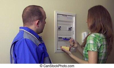 homme, expliquer, pour, femme, client, comment, à, usage, disjoncteur, boîte