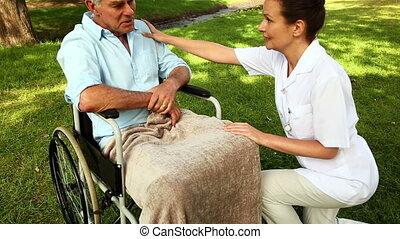 homme, fauteuil roulant, conversation, infirmière