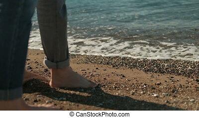 homme femme, à, nu, jambes, marche long, rivage, dans, été, day.
