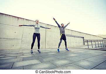 homme, femme heureuse, sauter, dehors