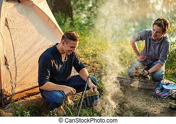 homme, feu, séduisant, mettre, préparer, pot, il
