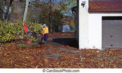 homme, feuille, garage, souffler, feuilles, ventilateur