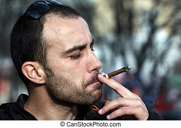 homme fume, sigar