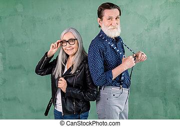 homme, gris, appareil photo, barbu, devant, femme, femme, joyeux, chevelure, vert, wall., bretelles, beau, joli, personne agee, sien, elle, loin, poser, couple, lunettes, sourire, toucher, agréable, traction