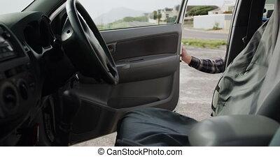 homme, handicapé, obtenir, fauteuil roulant, sien, voiture