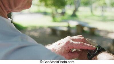 homme, haut, utilisation, parc, smartphone, personne agee, ...