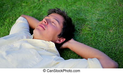 homme, herbe, paisible, dormir