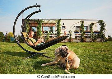 homme, jardin, chien