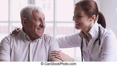 homme, jeune, aide, soucier, docteur féminin, soutien, personne agee, heureux, gardien