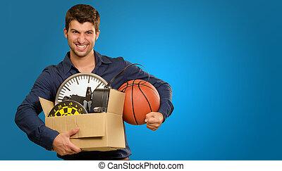 homme, jeune, boîtes, tenue, carton, faire gestes, heureux