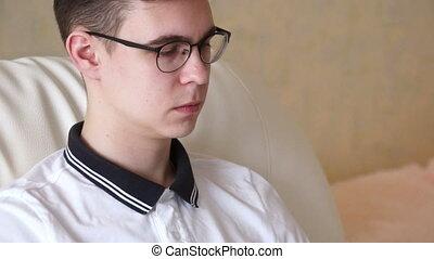 homme, jeune, lunettes
